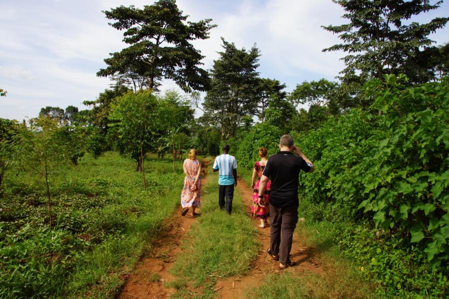 Spaziergang im ugandischen Dorf