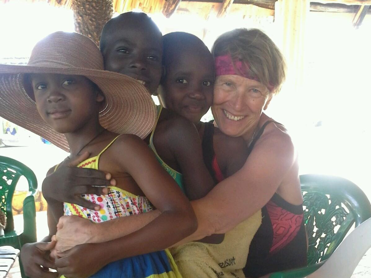 Birungi- Freiwillige umarmt ugandische Mädchen