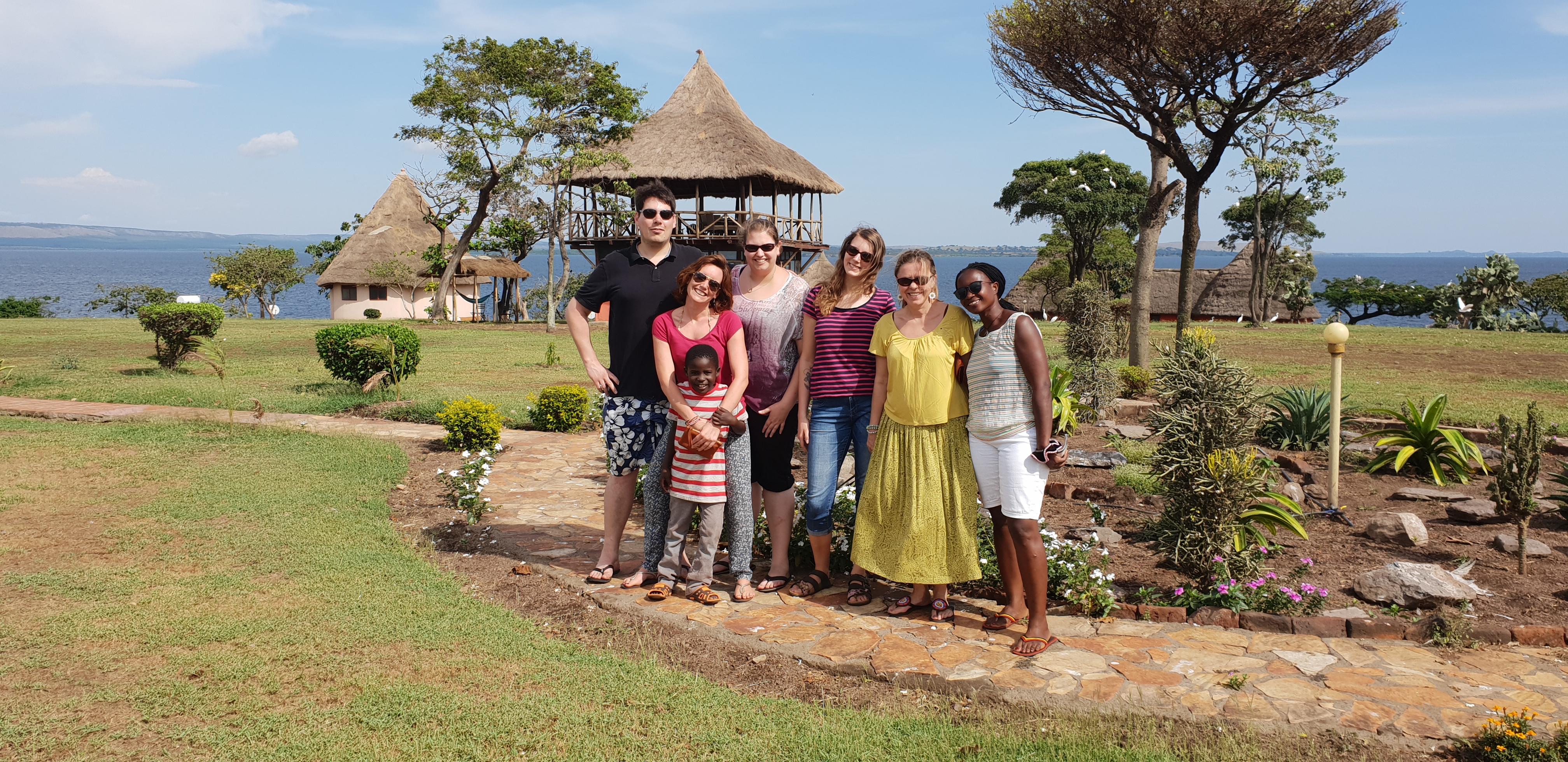 Gruppenfoto vor Lake Victoria